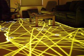 De stofzuigrobot speelt voor huisschilder
